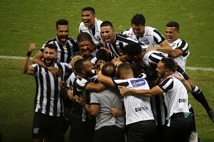 A equipe alvinegra comemora vitória sobre o líder do campeonato por 2 a 0, na Arena Castelão, em Fortaleza.