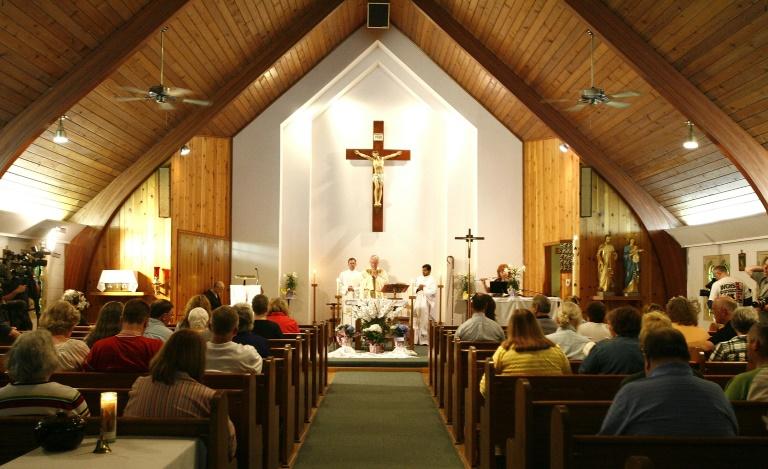 O ex-bispo americano, Michael Bransfield, celebrando missa em abril de 2010 para familiares das vítimas de uma explosão em Montcoal, Virginia