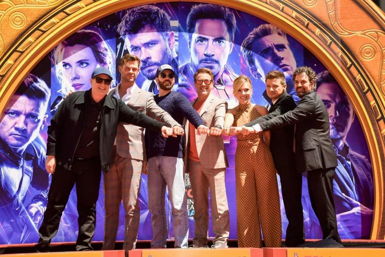 O presidente dos estúdios Marvel, Kevin Feige, (esq.) e o elenco de