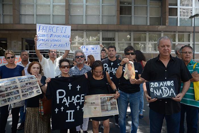 Após 20 anos do desabamento do edifício Palace II, vítimas protestaram no Tribunal de Justiça, no centro do Rio.
