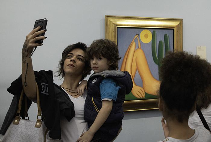 Pessoas visitam o último dia grátis da exposição de Tarsila no Masp, na noite dessa terça-feira (23), dia em que foram registradas mais de 7 mil visitas.