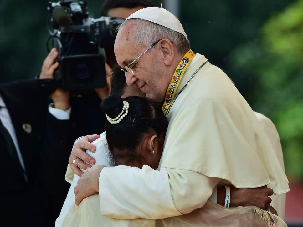 A garota de 12 anos, Glyzelle Palomar, chorou ao perguntar ao papa em sua visita a Filipinas em 2015: 'Muitas crianças se envolvem em drogas e prostituição. Por que Deus permite que essas coisas aconteçam conosco? '