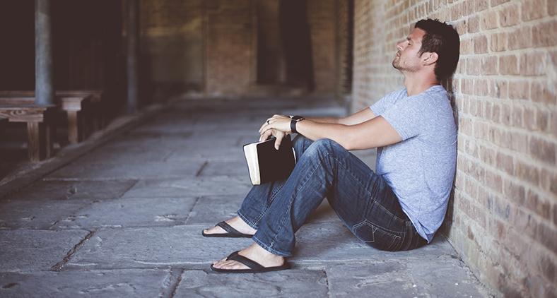 O justo vive pela fé. (Ben White/ Unsplash)