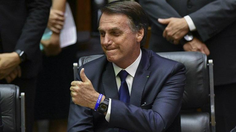 """Desconhece o clã Bolsonaro a máxima de que """"a política é a melhor forma de exercer a caridade""""."""