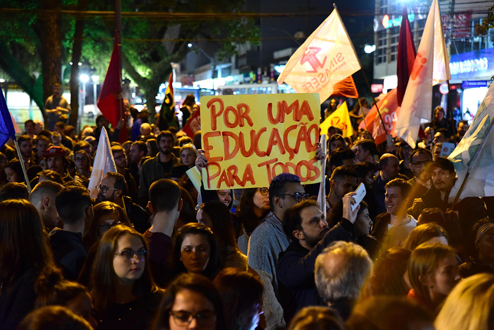 Professores, estudantes movimentos sociais e sindicais em protesto contra cortes na Educação, em Passo Fundo (RS).