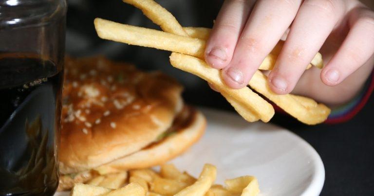 Consumo frequente de alimentos ultraprocessados pode causar doenças cardiovasculares e crônicas.