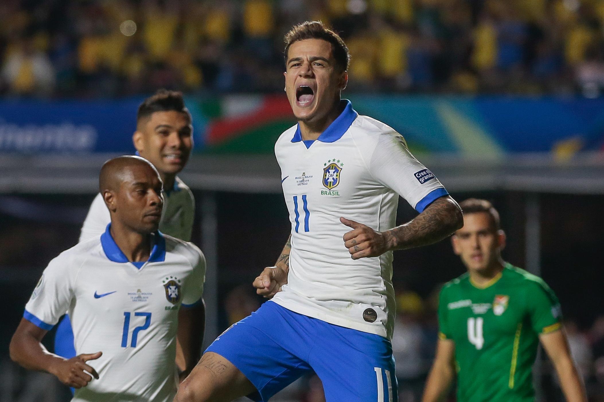 Philippe Coutinho comemora um de seus gols durante partida contra a Bolívia.