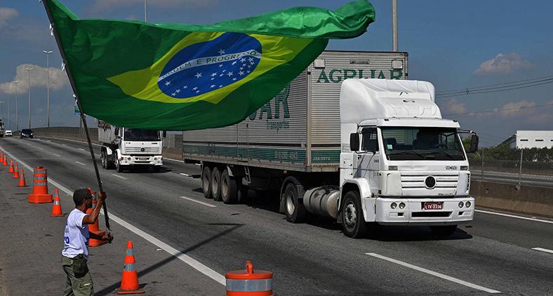 O Brasil está ouvindo a voz das ruas nas manifestações, mas precisa escutar com mais atenção o grito crescente das estradas. (Carl de Souza/AFP)