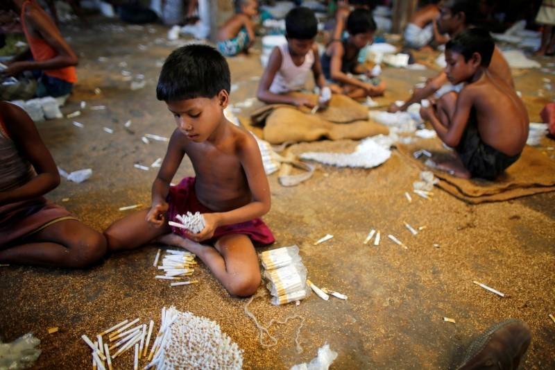 Crianças trabalhando em fábrica de cigarros em Bangladesh. 11 de julho de 2013.