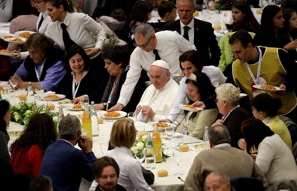 Papa Francisco almoça com pessoas carentes na primeira Jornada Mundial do Pobre, em 2017.