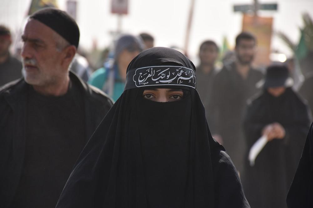 Mulher participa da caminhada do Arba'een, observância religiosa muçulmana xiita que ocorre quarenta dias após o Dia da Ashura.