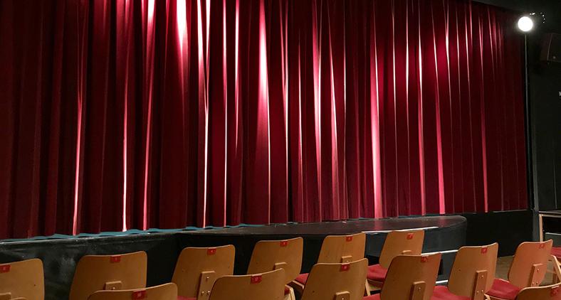 Quando a cortina se fecha, que venham os aplausos ou as vaias, o sucesso ou o fracasso. (ulma93/Pixabay)