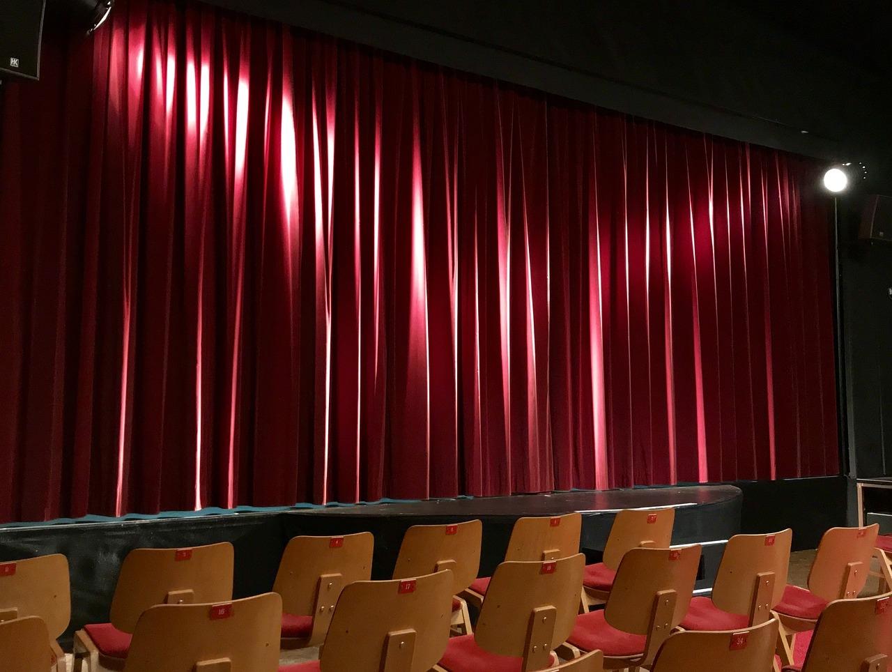 Quando a cortina se fecha, que venham os aplausos ou as vaias, o sucesso ou o fracasso.