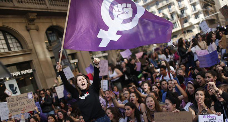 Homens e mulheres colhem os problemas do patriarcado ao longo das épocas. (Pau Barrena / AFP)