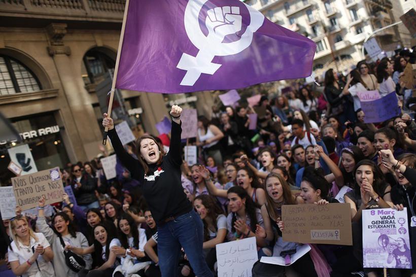 Homens e mulheres colhem os problemas do patriarcado ao longo das épocas.