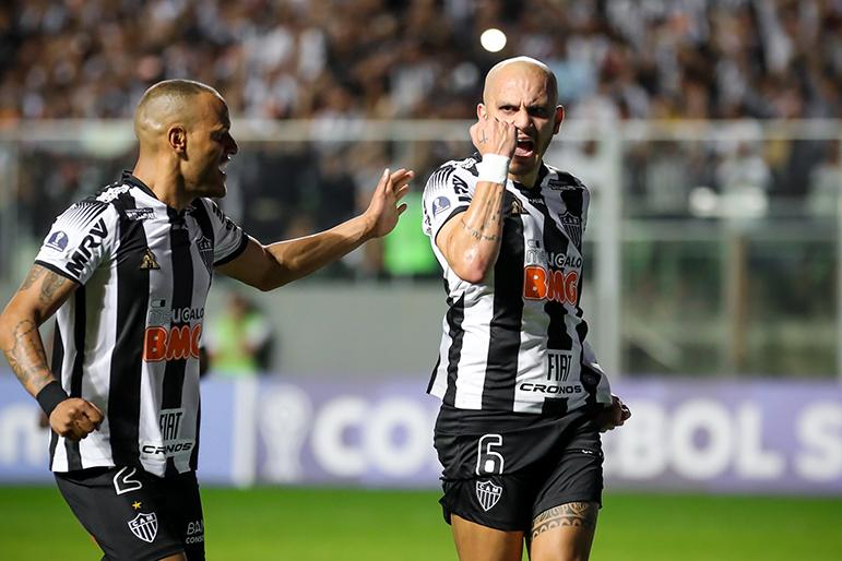 O lateral esquerdo Fábio Santos comemora com Patric o seu gol que abriu o caminho para a vitória do Atlético.