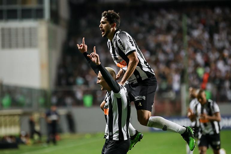 Vinícius comemora com Igor Rabello o gol que marcou nos minutos finais.