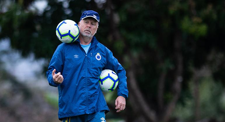 Pressionado, Mano tenta fazer o Cruzeiro voltar a vencer diante do Internacional.