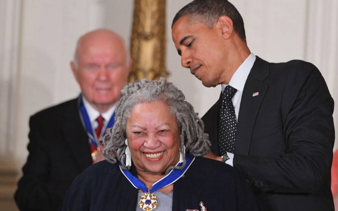 (2012) Toni Morrison é homenageada com a Medalha Presidencial da Liberdade pelo então presidente americano, Barack Obama.