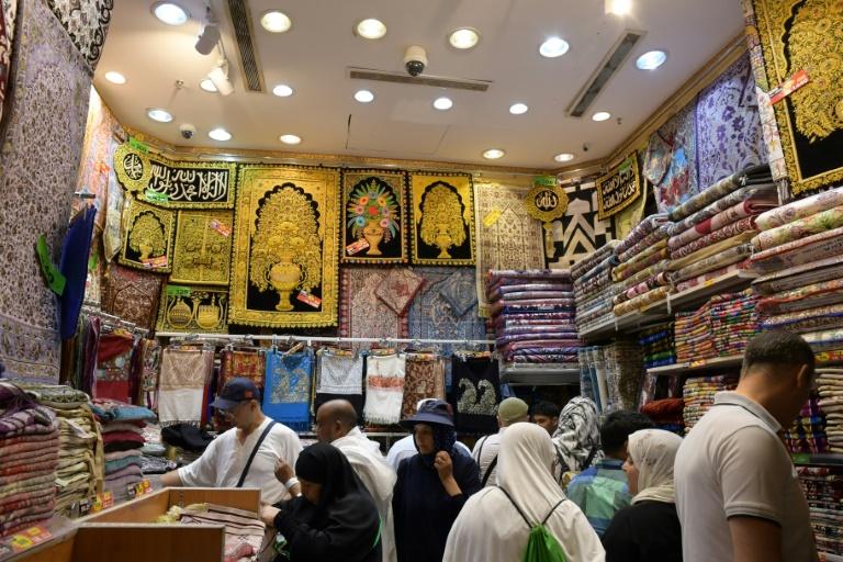 Peregrinos muçulmanos escolhem tapetes de oração em uma loja de Meca, na Arábia Saudita, em 6 de agosto de 2019