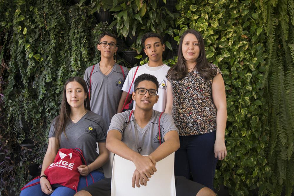 Os representantes da escola são os alunos do 2º ano do Ensino Médio, Matheus Mastelona, Luiz Felipe Gonçalvez, Mariana Gonçalvez e João Vitor Gomes e a professora de matemática Francielle Linhares.