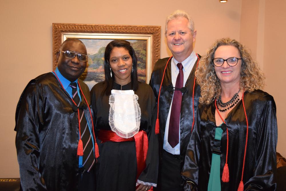 O pró-reitor da pós-graduação Kiwonghi Bizawu, a funcionária homenageada Lucinéia Ribeiro, o pró-reitor de extensão Francisco Haas e a pró-reitora administrativa Cácia Stumpf.