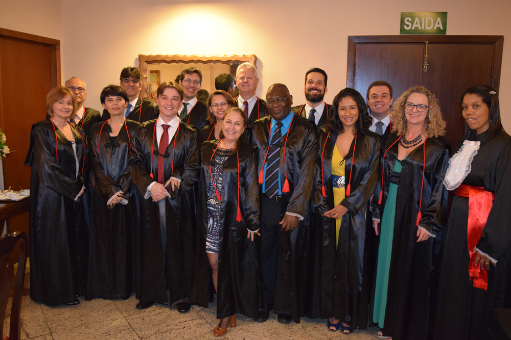 Professores homenageados e pró-reitores reunidos para a cerimônia de colação de grau