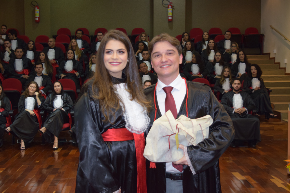 Fernando Lage Tolentino recebe homenagem da aluna Gabrielle Pamplona
