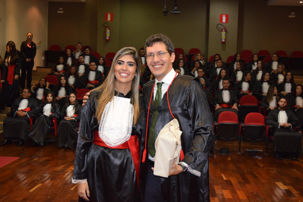 A aluna Fernanda Souza homenageou o professor Pedro Eliezer
