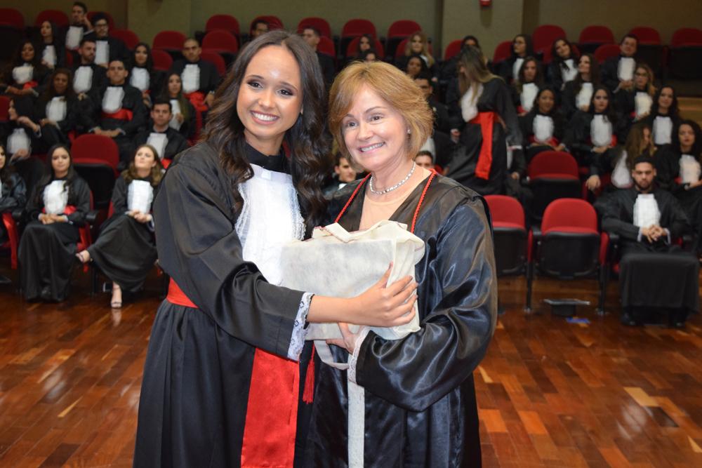 A aluna Fernanda Soares homenageou a professora Lígia Oliveira