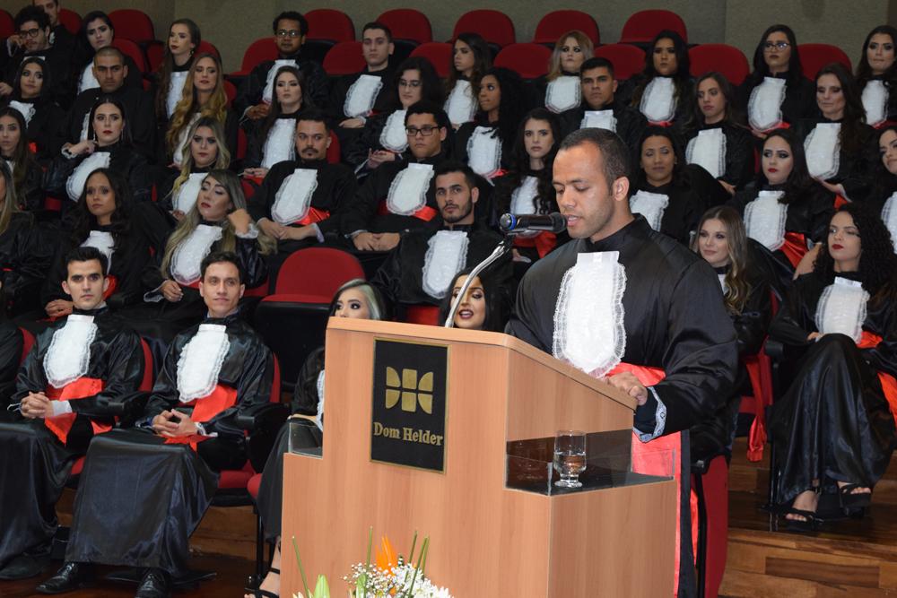 O aluno Francys Oliveira prestou homenagem aos pais