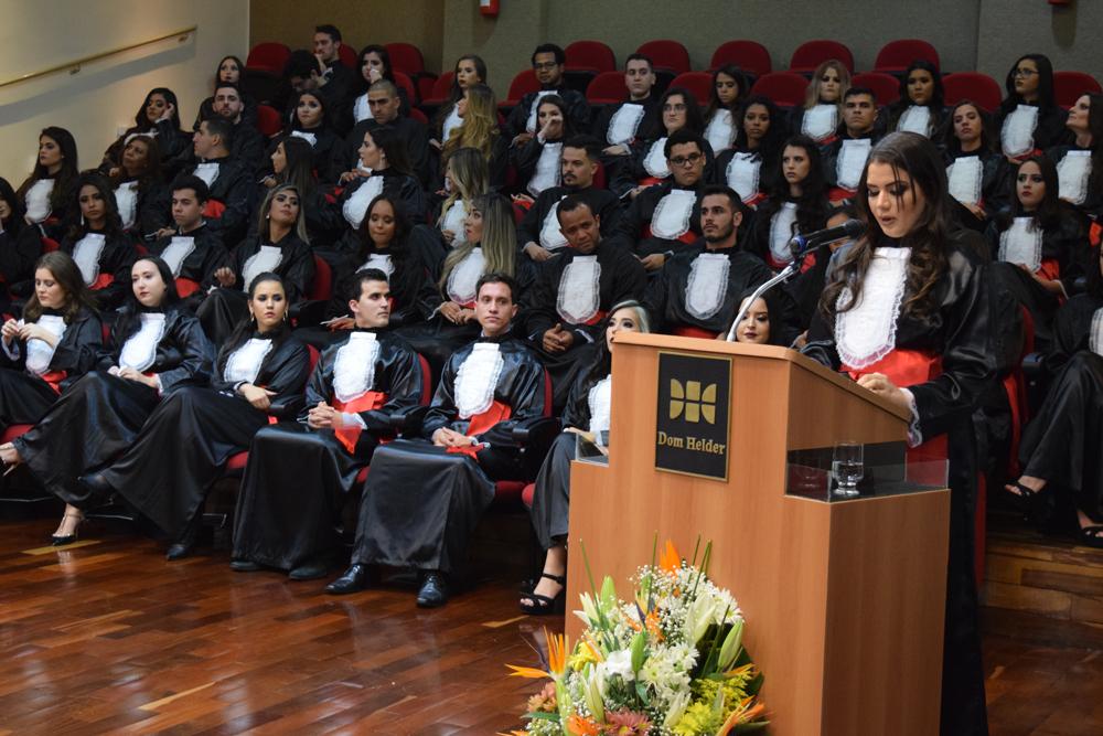 A formanda Thalita Rocha prestou homenagem aos ausentes