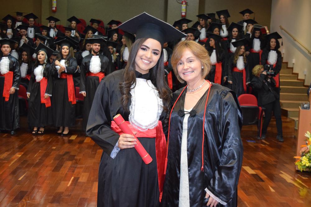 Aluna recebe diploma da professora Lígia Oliveira