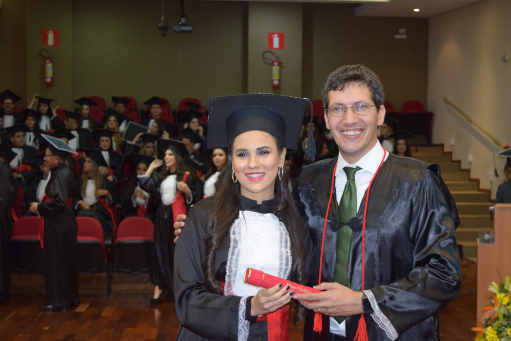 Aluna recebe diploma do professor Pedro Eliezer