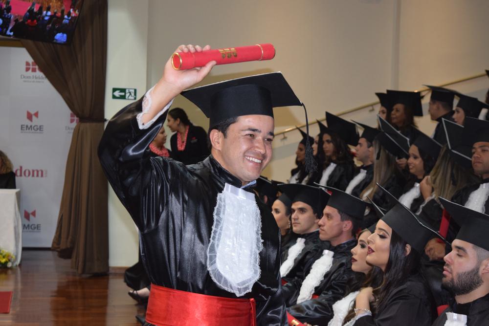 Formandos comemoram a celebração de colação de grau