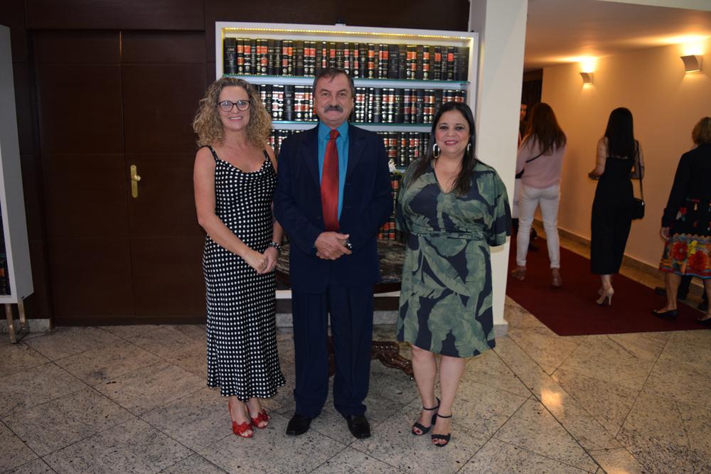 Organizadores da colação de grau, a pró-reitora Cácia Stumpf, o coordenador do Núcleo de Prática Jurídica, Luiz Chaves, a secretária acadêmica, Djoá Braulina