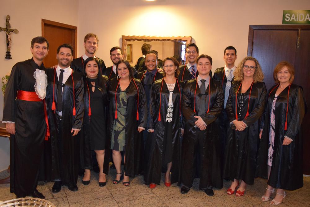 Professores, pró-reitores e funcionários antes da cerimônia de colação de grau