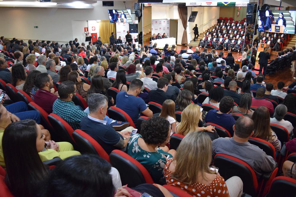 Familiares e amigos dos formandos durante a cerimônia de colação de grau