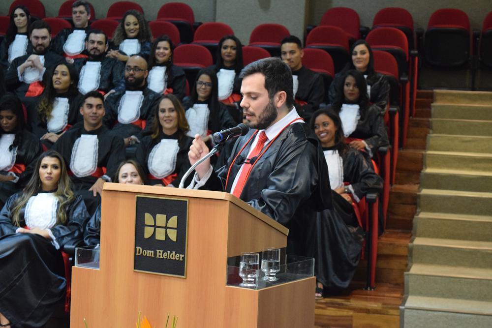 O professor Thiago Loures foi o paraninfo das turmas