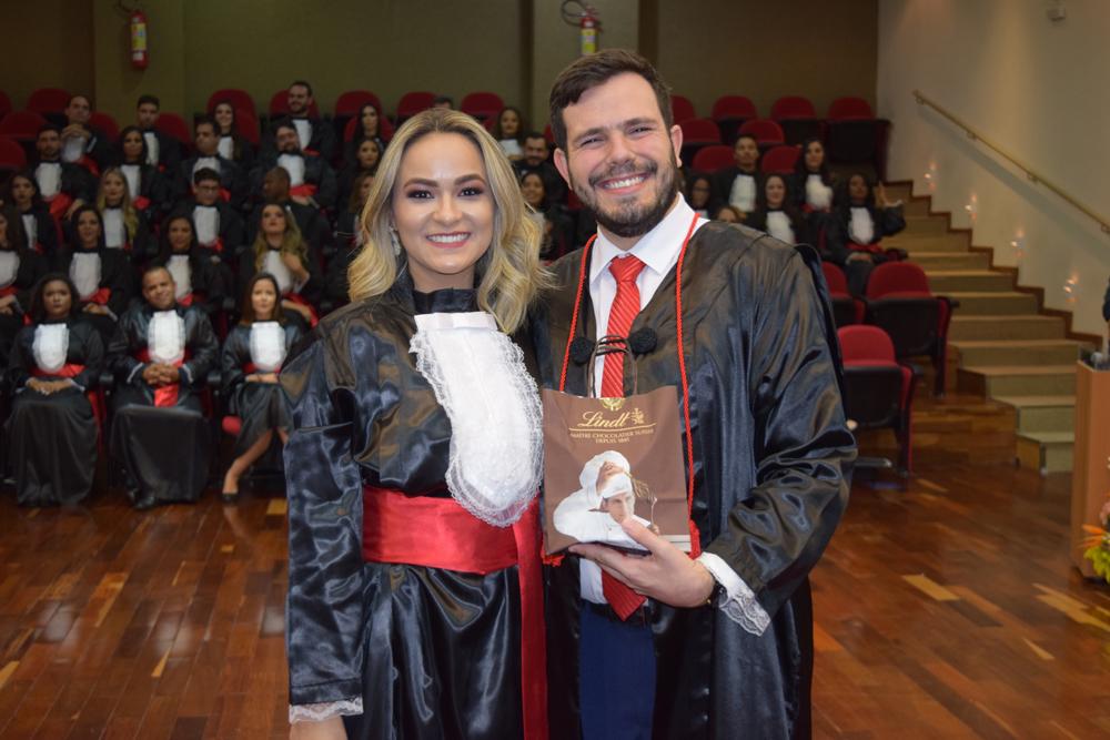 A aluna Brenda Silva homenageou o professor Thiago Loures