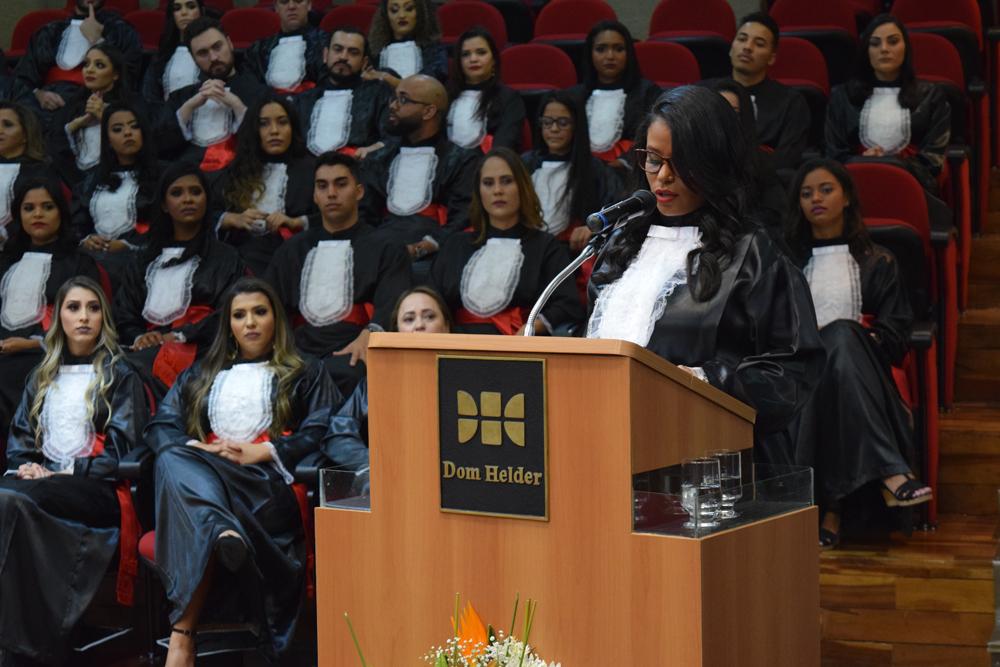 A aluna Nayara Silva fez homenagem aos ausentes