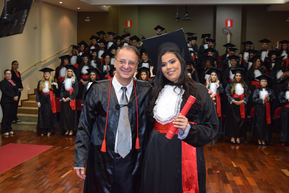 O reitor da Dom Helder, Paulo Stumpf, colou grau da formanda Beatriz Pereira