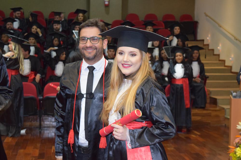 Formanda recebe diploma do professor Humberto Macedo