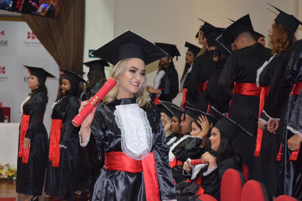 Formanda comemora o recebimento do diploma