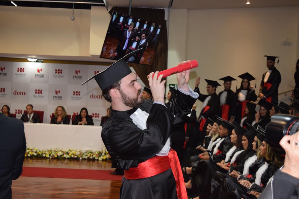 Formando comemora o recebimento do diploma