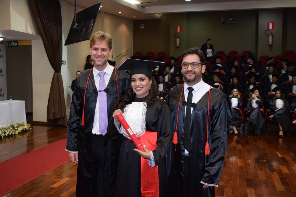 Formanda recebe diploma dos professores Humberto Macedo e Renato Andrade