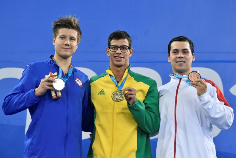 O americano Nicholas Sweetser, o brasileiro Guilherme Pereira da Costa e o mexicano Ricardo Vargas posam com suas medalhas de prata, de ouro e de bonze, respectivamente, no pódio dos 1500m livre do Pan.