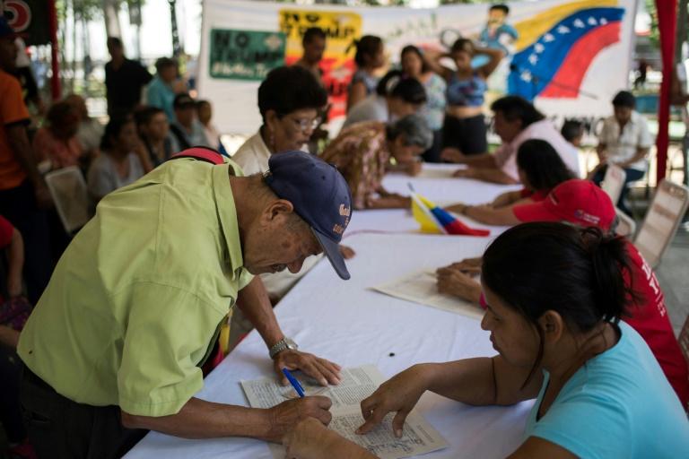 O governo Maduro disse que espera recolher 13 milhões de assinaturas.