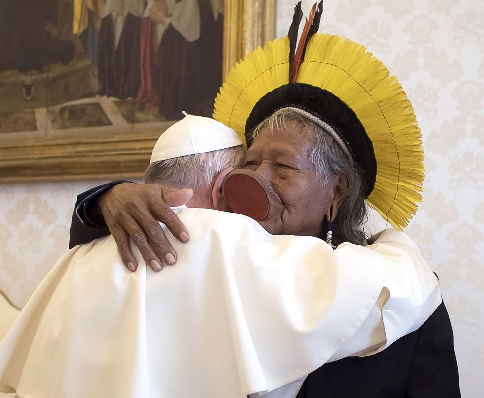 Papa Francisco abraça líder indígena Raoni em encontro no Vaticano.