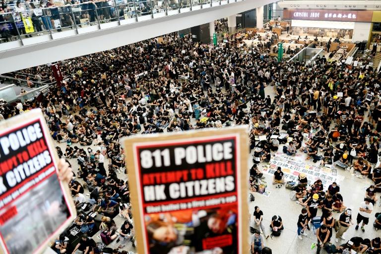 Manifestantes pró-democracia no aeroporto de Hong Kong.
